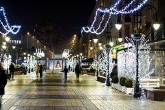 Rue lumineuse à Sofia la nuit images stock