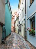 Rue médiévale étroite dans la vieille ville de Riga, Lettonie Images stock