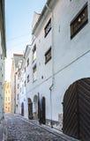 Rue médiévale étroite dans la vieille ville de Riga, Lettonie Image stock