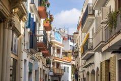 Rue médiévale étroite dans vieux Sitges, clo historique de station touristique Photo stock