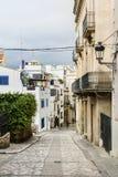 Rue médiévale dans la vieille ville de Sitges, Espagne Images stock