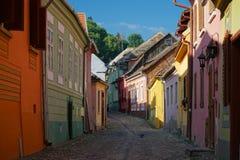 Rue médiévale de pavé rond dans Sighisoara, Roumanie photographie stock libre de droits
