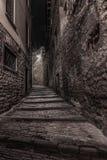 Rue médiévale qui monte l'étroit vers Bergame Alta dans photographie stock libre de droits