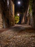 Rue médiévale qui monte l'étroit vers Bergame Alta dans images libres de droits