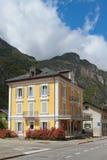 Rue, maison, montagnes Vernayaz, Martigny, Suisse Images stock