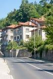 Rue menant à la montagne dans la ville de Smolyan en Bulgarie Photographie stock libre de droits