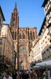Rue Merciere και άποψη της δυτικής πρόσοψης του καθεδρικού ναού Στοκ εικόνα με δικαίωμα ελεύθερης χρήσης