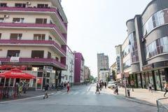 Rue moderne dans la ville de Leskovac, Serbie Photographie stock libre de droits