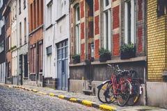 Rue, mur et vélos à Gand Photographie stock libre de droits