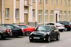 Rue noire de Mini Cooper In Motion In de voiture de couleur Images stock