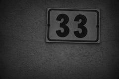 Rue numéro 33 sur le mur beige, le fond pour le site Web ou les périphériques mobiles Photo stock