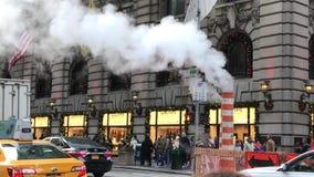 Rue occupée de New York City avec des personnes, des voitures et le trafic banque de vidéos