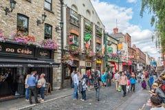 Rue passante dans la région touristique de barre de temple, en Dublin Ireland Photographie stock