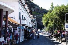 Rue passante dans la ville de Ribeira Brava dans le nord de l'île de la Madère Photographie stock libre de droits