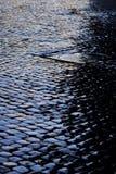 Rue pavée en cailloutis après pluie Photos libres de droits