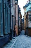 Rue pavée en cailloutis dans Gamla Stan Photographie stock libre de droits
