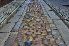 Rue pavée en cailloutis de la gouttière Photo stock