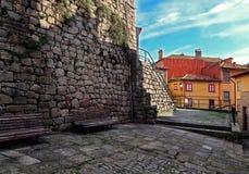 Rue pavée par pierre renversante avec les maisons colorées photographie stock libre de droits