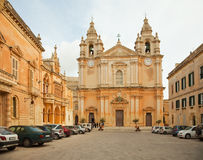 Rue Peter et cathédrale de Paul chez Mdina Photo stock