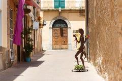 Rue piétonnière à Arta, Majorque photos stock