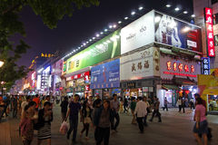 Rue piétonnière de Pékin Wangfujing la nuit Photographie stock
