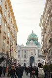 Rue piétonnière et architecture de ville de Vienne photos stock