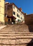 Rue pittoresque dans Portoferraio, Italie Photographie stock libre de droits
