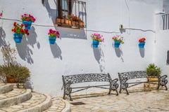 Rue pittoresque de Mijas avec des pots de fleur dans les façades Andalus Images libres de droits
