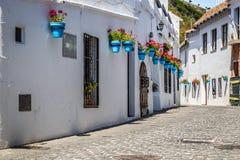 Rue pittoresque de Mijas avec des pots de fleur dans les façades Andalus Photos stock