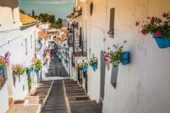 Rue pittoresque de Mijas avec des pots de fleur dans les façades Andalus Photographie stock libre de droits