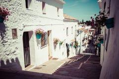 Rue pittoresque de Mijas avec des pots de fleur dans les façades Andalus Image libre de droits