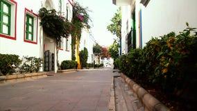 Rue près du port dans Puerto de Mogan, îles Canaries banque de vidéos