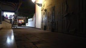 Rue près du port dans Puerto de Mogan par nuit, îles Canaries banque de vidéos