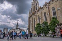 Rue principale à Novi Sad et Roman Catholic Cathedral The Name de Mary, Novi Sad image libre de droits