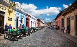 Rue principale avec les personnes locales et les maisons coloniales à l'Antigua GU photographie stock libre de droits