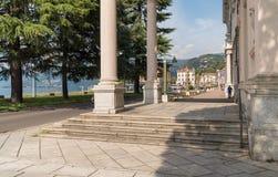 Rue principale dans Luino, une petite ville de touristes près de la frontière avec la Suisse sur le rivage du lac Maggiore dans l photos libres de droits
