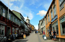 Rue principale de la ville de Roros, Norvège photographie stock libre de droits