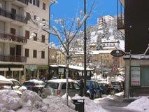 Rue principale de Roccaraso avec la neige images stock