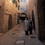 Rue quarte juive avec des juifs de Haredi Photos stock
