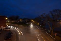 Rue résidentielle à un carrefour dans une rue suburbaine, typique d'Amérique du Nord, dans Laval, dans les périphéries de Montréa images libres de droits
