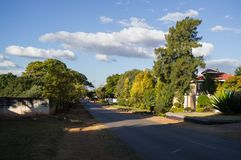 Rue résidentielle avec le manoir, Kabulonga, régions boisées, Lusaka, Z image libre de droits