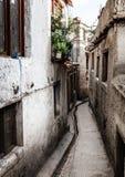 Rue résidentielle dans Leh, Inde Image stock