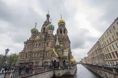rue renversée par Pétersbourg d'église de sang Photos libres de droits