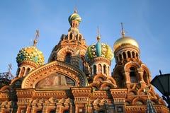 rue renversée par Pétersbourg d'église de sang Image stock