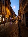 Rue romaine de pavé rond au crépuscule Photo libre de droits