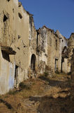 Rue ruinée dans une ville fantôme Images stock