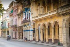 Rue-scène tranquille de La Havane, Cuba parmi l'architecture coloniale image stock