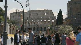 Rue serrée près d'amphithéâtre antique de Colosseum à Rome, touristes en Italie banque de vidéos