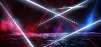 Rue sombre, r?flexion de la lampe au n?on sur l'asphalte humide Rayons de lumi?re laser l?g?re et rouge dans l'obscurit? image stock