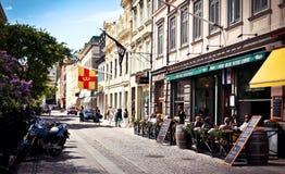 Rue suédoise confortable au district de Haga, Suède Images stock